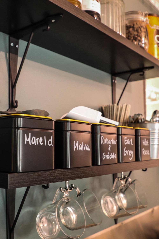 Hylla med utbud av tesorter
